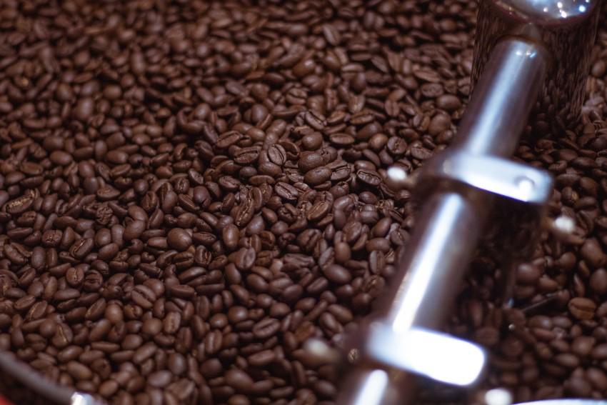 焙煎が終わってコーヒー豆を冷ましているところ。